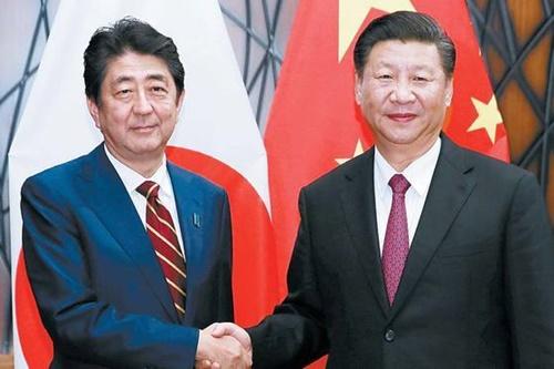 安倍晋三首相(左)と中国の習近平国家主席(右)