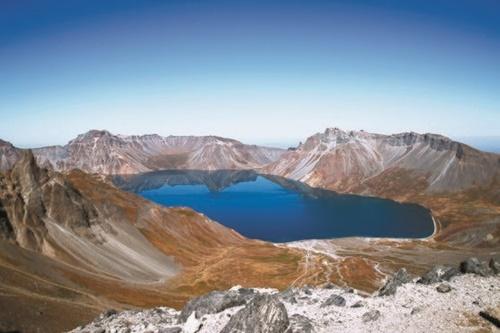 2018年9月20日、白頭山(ペクドゥサン)将軍峰(チャングンボン)から眺めた天池(平壌写真共同取材団)