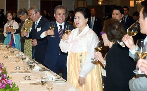 G20首脳会議の出席のために日本を訪問した文在寅大統領と金正淑夫人が27日午後、大阪のあるホテルで開かれた同胞懇談会に出席して乾杯している。(写真=青瓦台写真記者団)