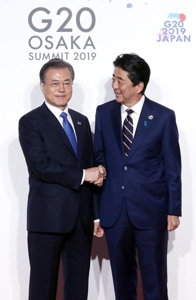 文在寅(ムン・ジェイン)大統領が28日午前、インテックス大阪で開かれたG20首脳会議公式歓迎式で議長国の日本の安倍首相と記念撮影をしている。(青瓦台写真記者団)