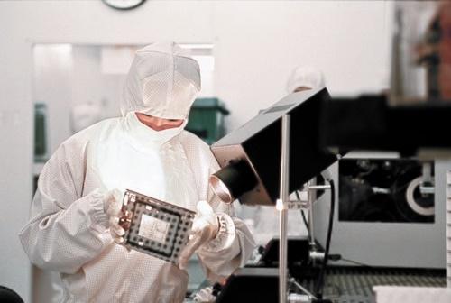 日本が強制徴用判決の対抗措置として、半導体・ディスプレー生産に必要な核心材料3品目の輸出規制強化を1日、発表した。サムスン電子・SKハイニックスの半導体材料のうち、今年に入って5月までに日本から輸入した材料の比率は43.9(フッ化水素)~93.7%(フッ化ポリイミド)に達する。韓日間の政治的葛藤が経済に飛び火し、関連産業分野の打撃が懸念されている。(写真=中央フォト)