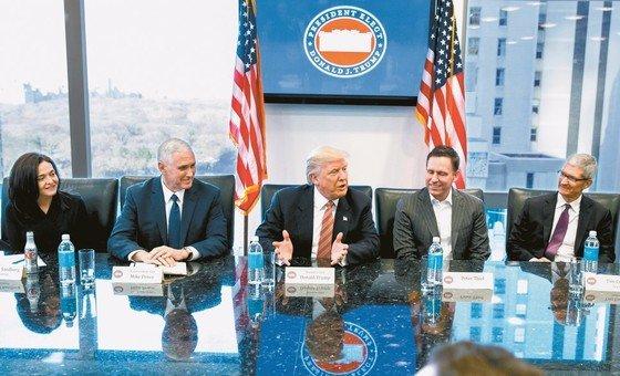 トランプ米大統領(中)が2017年1月、大統領選挙で当選した後、ニューヨークで米IT企業のCEOと会って歓談している。左からシェリル・サンドバーグ・フェイスブックCOO、マイク・ペンス副大統領、トランプ大統領、ピーター・ティール・ペイパル創業者、ティム・クック・アップルCEO。(中央フォト)