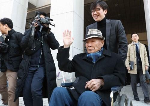 昨年10月30日、ソウル瑞草区の大法院で強制徴用被害者であるイ・チュンシクさんが勝訴判決を受けた後に手を振っている。