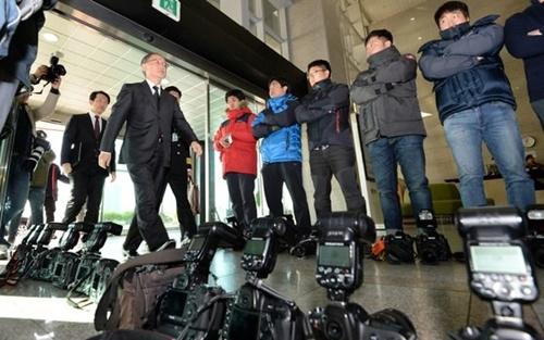 2016年11月23日、ソウルの国防部庁舎ロビーで写真記者が国防部の韓日軍事情報包括保護協定(GSOMIA)調印式非公開の方針に抗議する次元からカメラを下ろして取材を拒否している。抗議する写真記者の間を長嶺安政駐韓日本大使が調印式場へ向かっている。(写真=中央フォト)