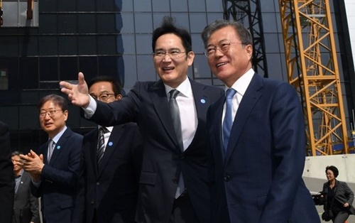 文在寅(ムン・ジェイン)大統領(右)と李在鎔(イ・ジェヨン)サムスン電子副会長が30日、京畿道華城のサムスン電子DSRで開かれたシステム半導体ビジョン宣言式を終えた後、EUV棟建設現場を訪問している。(青瓦台写真記者団)