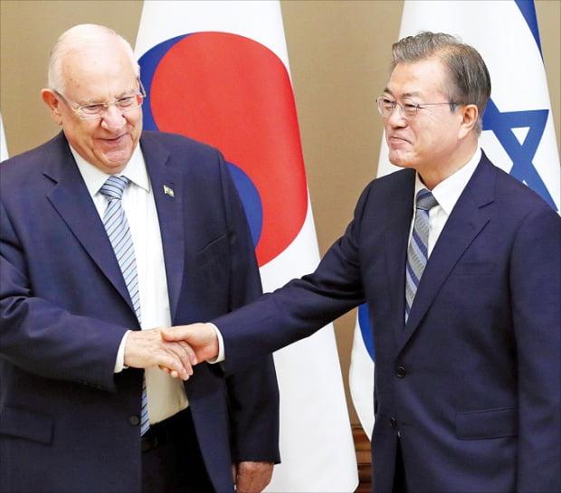 文在寅大統領(右)が15日に青瓦台でイスラエルのリブリン大統領との首脳会談に先立ち握手している。イスラエル大統領の訪韓は2010年から9年ぶりだ。