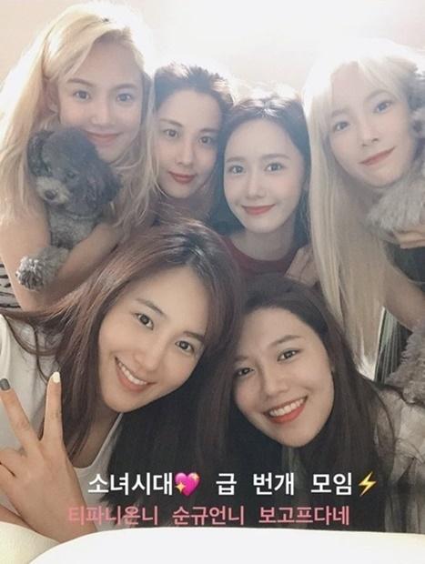 少女時代のメンバー。左上から時計回りにヒョヨン、ソヒョン、ユナ、テヨン、スヨン、ユリ[インスタグラム キャプチャー]