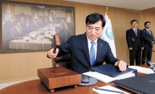 李柱烈(イ・ジュヨル)韓銀総裁が18日午前、ソウル中区の韓国銀行で開かれた金融通貨委員会本会議に出席し、議事棒をたたいている。