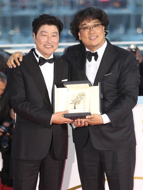 映画『寄生虫』1000万観客突破…ポン・ジュノ監督「あふれる愛に ...