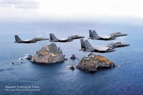 23日、中国とロシア軍用機5機が東海の韓国防空識別圏に無断進入した。このうちロシア「A-50」1機は独島近隣領空を2度侵犯した。空軍はF- 15Kなど戦闘機を出撃させて360余発の警告射撃をした。写真は独島上空を飛行中の韓国空軍F-15K編隊。[中央フォト]
