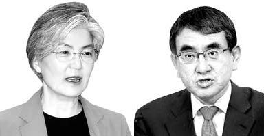 韓国の康京和外交部長官(左)と日本の河野太郎外相(右)
