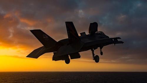 垂直着陸中のF35B。日本は垂直離着陸が可能なF-35B(42機)とF35A(105機)の計147機のF35を導入する計画だ。[写真 ロッキードマーチン]