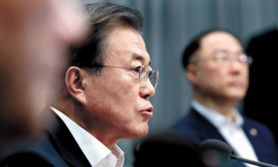 文在寅大統領が2日午後、青瓦台で開かれた緊急国務会議で冒頭発言をしている。この日の国務会議は、日本が同日午前の閣議で韓国を「ホワイト国」から除外したことへの対応策を議論するために開かれた。文大統領は「大韓民国は過去の大韓民国ではない」とし「今の挑戦をむしろ機会と考えて経済飛躍の契機にすれば、我々は日本を越えることができる」と述べた。[青瓦台写真記者団]
