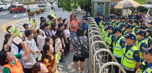 韓国の大学生500人、在釜山日本総領事館を取り囲む…経済報復糾弾 ...