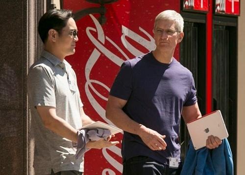 5年前の2014年7月、サンバレーカンファレンスで李在鎔(イ・ジェヨン)副会長がティム・クック・アップルCEOに会った。李副会長は今年開催されたサンバレーカンファレンスには出席しなかった。[中央フォト]