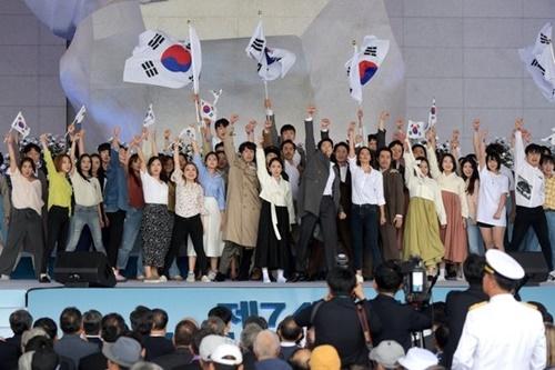 「21世紀青年独立団」とミュージカル俳優パク・ヨンス氏・チャン・ウンア氏らが15日午前、忠清南道天安市(チュンチョンナムド・チョナンシ)の独立記念館「民族の家」で開かれた第74周年光復節慶祝式で、式典公演として「真の光復に向かって共に進もう」という青年たちの願いを込めたミュージカル『私の独立を宣言せよ』を上演している。[写真共同取材団]