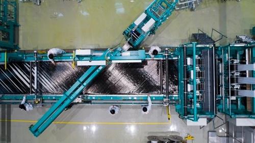 韓国炭素融合技術院の研究員が炭素繊維製織装備で炭素繊維を作っている。樹脂を使って成形すれば我々がよく見る炭素繊維となる。[写真 韓国炭素融合技術院]