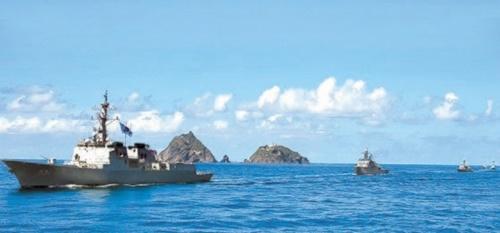 「東海領土守護訓練」で史上初めて参加したイージス艦「世宗大王」(DDG991、7600トン級、左)を含めた海軍第7機動戦団が25日、独島沖で防御訓練を行っている。[写真 韓国海軍]