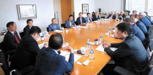 韓日葛藤の解決策を模索する「韓日ビジョンフォーラム」に参加した専門家が26日、討論している。