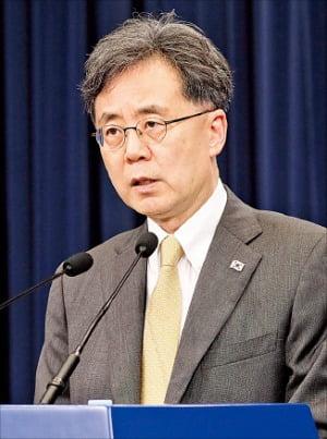 金鉉宗青瓦台国家安保室第2次長が28日、青瓦台で日本のホワイトリスト排除措置の施行に対する立場を明らかにしている。[ホ・ムンチャン記者]