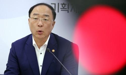29日、洪楠基(ホン・ナムギ)経済副首相兼企画財政部長官が政府世宗(セジョン)庁舎で開かれた記者懇談会で来年度予算案に対して説明をしている。[写真 韓国企画財政部]