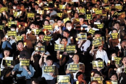 28日、ソウル大学総学生会が冠岳キャンパス学生会館前アクロで「第2回チョ・グク教授STOP!ソウル大人ろうそく集会」を開催した。参加者が「ポリフェッサー退け」「ネロナムブル表裏不同」などの文面が書かれたプラカードを持っている。