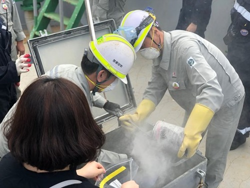 2日、江原道東海港で検査のために日本産石炭がら試料を採取している。チョン・クォンピル記者