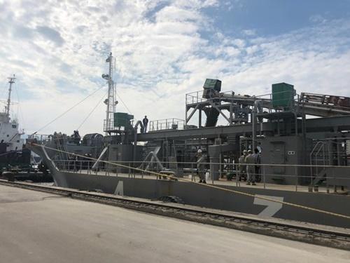 2日、江原道東海港で日本産石炭がらを積んだ船が検査のために停泊している。チョン・クォンピル記者