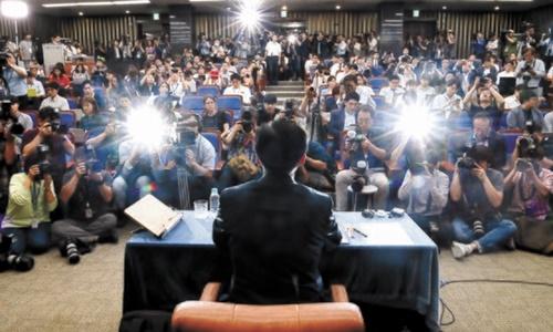 チョ・グク法務部長官候補が2日午後、事実上、白紙化した人事聴聞会に代わって開かれた国会記者懇談会で、これまで提起された疑惑に対する取材陣の質問に答えている。チョ候補は懇談会に先立ち「今日やむを得ず、メディアが聞き、私が答えるということを通じて国民に判断を求めることになった」と話した。オ・ジョンテク記者