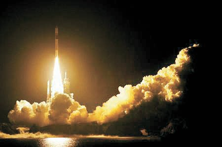 種子島宇宙センターでのGPS衛星「みちびき2号」打ち上げ。日本は衛星の製作・打ち上げ能力を保有し、現在7機の情報収集衛星を運用している。しかしその水準は米国と大きな差がある。 [中央フォト]