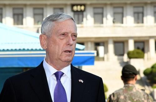 ジェームズ・マティス元米国防長官が2017年10月27日、板門店共同警備区域(JSA)で「我々の目標は戦争ではなく、完全かつ検証可能で不可逆的な韓半島の非核化」と対北朝鮮メッセージを発表する様子。[写真 共同取材団]