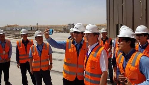 李在鎔(イ・ジェヨン)サムスン電子副会長が李在鎔(イ・ジェヨン)サムスン電子副会長がサウジアラビア・リヤドの地下鉄工事現場を訪問し、現地で勤務するサムスン物産の職員と写真撮影をしている。[写真 サムスン電子]