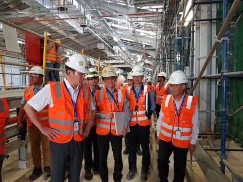 李在鎔副会長がサムスン物産が施工中のリヤド地下鉄工事現場を訪れて現場を視察している.[写真 サムスン電子]