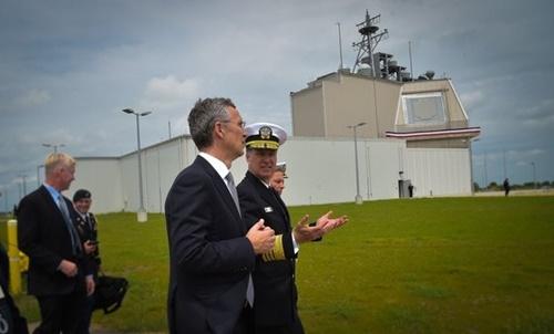 米国のルード政策担当国防次官が17日(現地時間)、「イージス・アショア」に原点打撃能力を統合する性能改良作業を進めていると明らかにした。写真は2016年5月にルーマニアのイージス・アショア基地開幕式に出席したストルテンベルグNATO事務総長とファーガソンNATO司令官。[NTO]