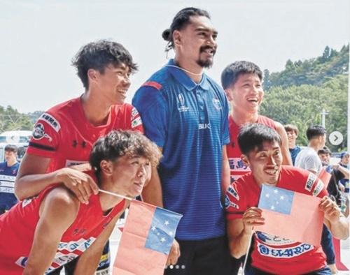 福島県いわき市をキャンプ地とし、地域のサッカーチームを訪れたサモア代表選手 [写真 いわきFC SNS]