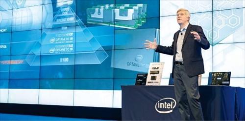 インテルのロブ・クローク上席副社長が26日、ソウル清渓川路のJWマリオット東大門スクエアで次世代メモリー事業戦略を発表している。 [インテル提供]