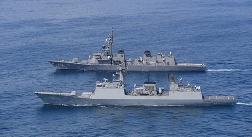 韓国海軍の駆逐艦「姜邯賛」(DDH-979・前面)と日本の海上自衛隊の護衛艦「さざなみ」(DD-113)が並んで航海している。[写真 フェイスブックROK Armed Forcesのアカウント]