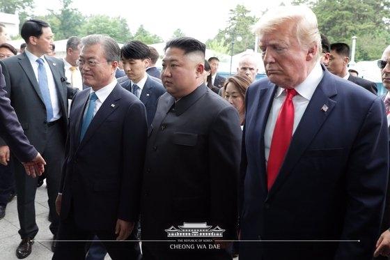 文在寅(ムン・ジェイン)大統領とドナルド・トランプ米大統領が6月30日午後、板門店(パンムンジョム)で金正恩(キム・ジョンウン)朝鮮労働党委員長に会い、会談のために会場入りしている。[写真 青瓦台]
