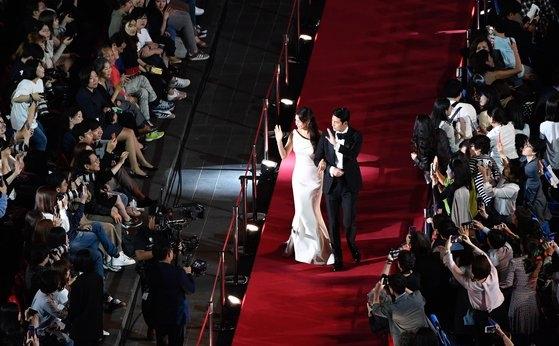 釜山国際映画祭が3日、釜山映画の殿堂野外劇場で開かれた開幕式を皮切りに10日間の日程を始めた。司会を務めた俳優チョン・ウソンと女優イ・ハニがレッドカーペットを踏んで入場している。ソン・ボングン記者