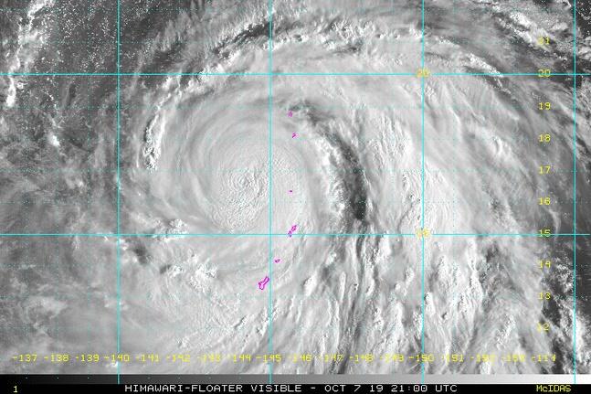 8日午前に撮影した台風19号の姿[写真 米海洋大気庁(NOAA)]