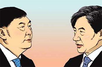 尹錫悦(ユン・ソクヨル)検察総長(左)、チョ・グク法務部長官