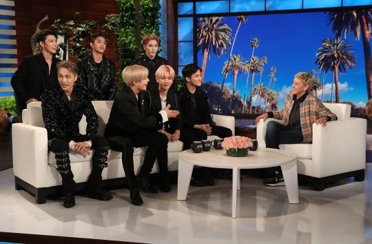 米国NBCの人気トークショー『エレンの部屋』に出演したSuper Mのメンバー(左)と司会のエレン(右)