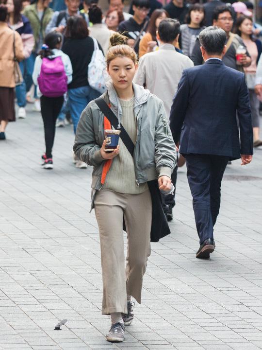 今週から最低気温が約10度まで下がり、ぐっと涼しくなったソウル。ショッピングや食べ歩きをする観光客で賑わう明洞(ミョンドン)を歩く人の服装をチェックしてきました。