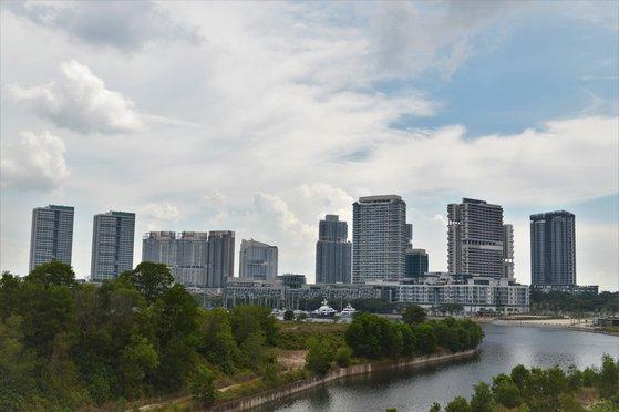 ヨットハーバー後方に30階建て高級コンドミニアムが建設されたマレーシア最南端ジョホールバルの新都市プテリハーバー。 ヨム・ジヒョン記者