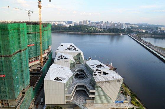 投資家と移住者が集まり、マレーシアのジョホールバル各地で工事が進められている。住商複合ビルのR&Fプリンセスコーブの向こう側にシンガポールが見える。ジョホール海峡にかかる橋(右)を渡れば自動車で30分の距離。 ヨム・ジヒョン記者