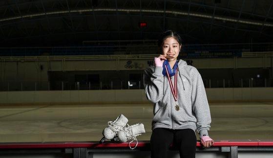 フィギュアジュニアグランプリ金メダルを噛む仕草をする「第2のキム・ヨナ」イ・ヘイン。 キム・ギョンロク記者