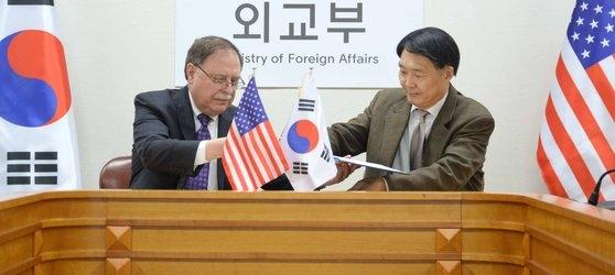 今年2月10日、当時の張元三(チャン・ウォンサム)外交部防衛費分担金交渉代表(右)とティモシー・ベッツ米国務省防衛費分担交渉代表が、韓国が分担する在韓米軍駐留費用を定める第10次防衛費分担金特別協定の仮署名をしている。今年適用される韓国の在韓米軍防衛費分担金規模は前年比8.2%増の1兆389億ウォンに決まった。有効期間は1年。[写真 外交部]