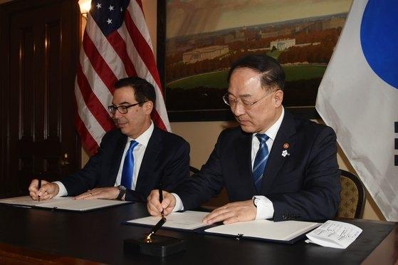 国際通貨基金(IMF)・世界銀行(WB)の年次総会出席のため米ワシントンを訪問中の洪楠基副首相兼企画財政部長官が17日(現地時間)、米財務省でムニューシン財務長官と韓米インフラ協力MOUに署名している。[写真 企画財政部]