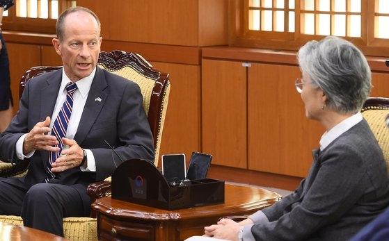 デイビッド・スティルウェル米国務省東アジア太平洋次官補が7月17日に訪韓して康京和(カン・ギョンファ)外交部長官(右)と会談している。ウ・サンジョ記者