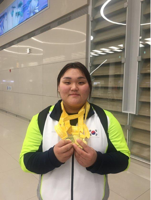 平壌で開催されたアジアユース・ジュニア重量挙げ選手権大会ジュニア女子最重量級で金メダル3個を獲得したイ・ソンミ。 仁川=パク・リン記者